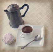 Cup of hot coffee and marshmallow. Toning — Stock Photo