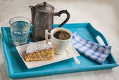 Portion d'une tasse de café et biscuit — Photo
