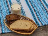 ライ麦パンと牛乳のガラス — ストック写真