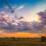 zonsondergang over boerderij veld met hooibalen — Stockfoto #48320775