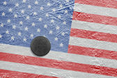 The American flag and the puck on the ice — Стоковое фото