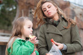 Mother and daughter having a snack outside — Stock Photo
