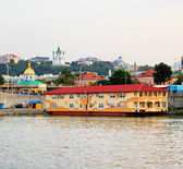 Yellow floating houses in Kiev — Stock Photo