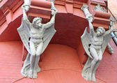 体系结构恶魔翅膀在基辅,乌克兰的房子的墙上 — 图库照片