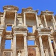 The remains of the enormous Library of Celsus in the city of Eph — Foto de Stock
