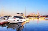 Yachts sur la couchette en mer noire dans la matinée, odessa, ukraine — Photo