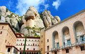 вид на монастырь монсеррат. красивая бенедиктинское аббатство, высоко в горах. каталония. испания — Стоковое фото