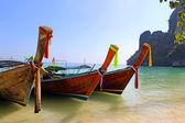 与石灰石岩、 甲米、 泰国热带海滩上长尾船 — 图库照片