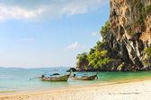Tatil tatil kavramı arka plan - long tail tekne tropikal plaj kalker kaya, krabi, Tayland — Stok fotoğraf