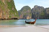 Urlaub urlaub konzept hintergrund - longtail-boot am tropischen strand mit kalkstein, krabi, thailand — Stockfoto