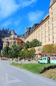 People are going to Montserrat Benedictine monastery, religious center of Catalonia, Montserrat, Spain — Stock Photo