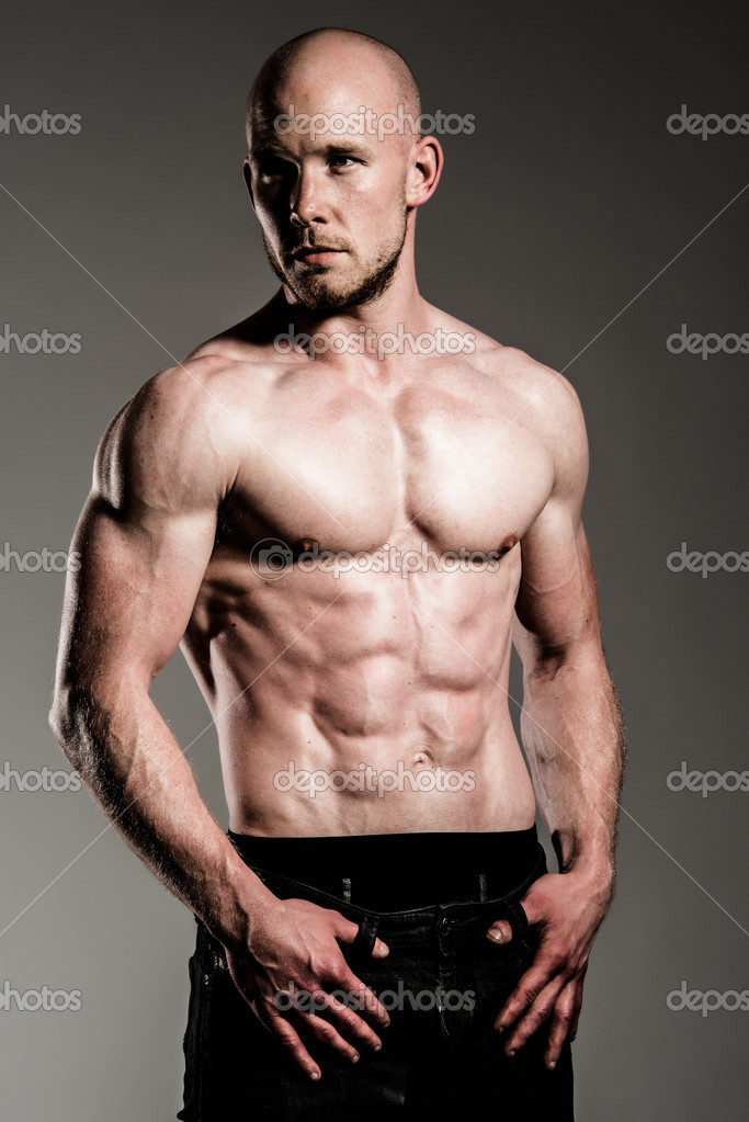 A male fitness model posing his fit body — Stock Photo #12368052