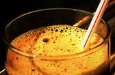 Skum i ett glas av kvas — Stockfoto