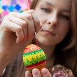Artist paints an Easter Egg — Stock Photo