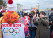 January 11, 2014, Saratov, Russia. Olympic Torch Relay Sochi 2014. Women photograph a member of the relay — Stock Photo