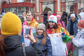 January 11, 2014, Saratov, Russia. Olympic Torch Relay Sochi 2014. Spectators photographed with a member of the relay — Stock Photo