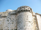 Wall and tower of the medieval crusaders fortress — Stock Photo