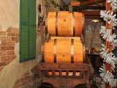 деревянные бочки на корзину — Стоковое фото