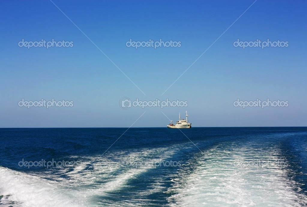 小船在海中 — 图库照片08pingvin121674#43646223
