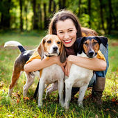 A beautiful woman and his dogs posing outside — 图库照片