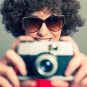 Jeune femme photographe avec caméra — Photo