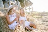 Två unga kvinnor att ha kul — Stockfoto