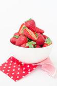 Fresas frescas en tazón de fuente — Foto de Stock
