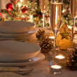A decorated christmas dining table with champagne glasses — Stockfoto