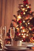 Una mesa de comedor de navidad decorado con copas de champán — Foto de Stock