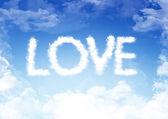 Parola amore fatta di soffici nuvole — Foto Stock