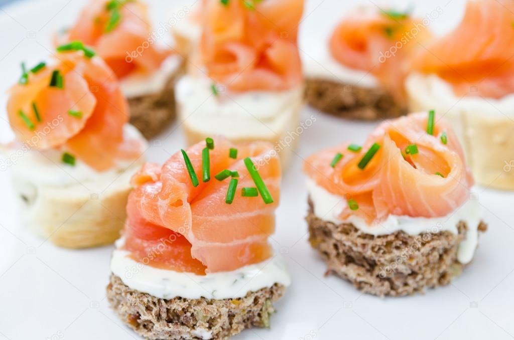 Canap s con queso crema y salm n ahumado foto de stock for Canape de salmon ahumado