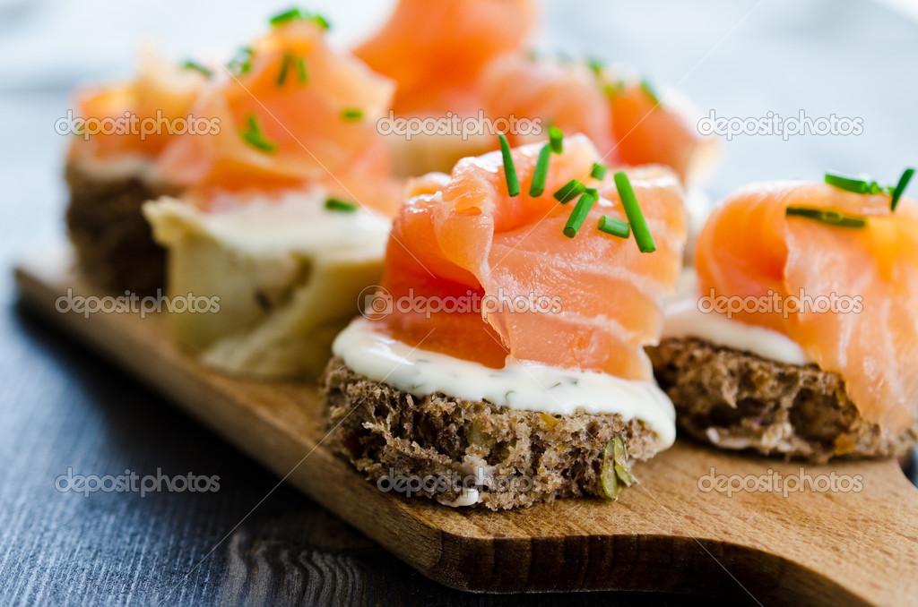 Canap s con queso crema y salm n ahumado fotos de stock for Canape de salmon ahumado