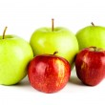 rode en groene appel geïsoleerd op witte achtergrond — Stockfoto #28776081