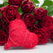 Valentine' s background- bunch of roses and heart — Stockfoto