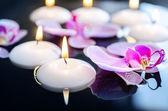 Flotantes velas y orquídeas phalaenopsis, spa — Foto de Stock