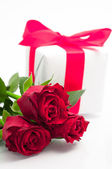 Valentine' s background- bunch of roses and present — Stock fotografie