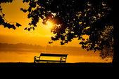 Vacker solnedgång över en sjö — Stockfoto