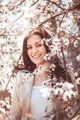 Kvinna i vårträdgård — Stockfoto