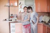 Pareja joven en cocina — Foto de Stock