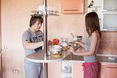 Młoda para w kuchni — Zdjęcie stockowe
