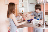Young couple in kitchen — Stock Photo