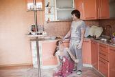 Junges paar in küche — Stockfoto