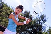 Ung flicka spela tennis på det vackra vädret — Stockfoto