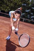 молодая девушка, ловя мяч в теннисный корт — Стоковое фото