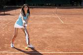 Hermosa chica sonriente con una raqueta de tenis — Foto de Stock