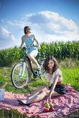 Due belle ragazze fanno un picnic — Foto Stock