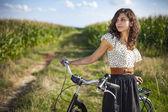 Jolie fille avec moto — Photo