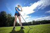 Frau golfen auf feld — Stockfoto