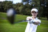 Retrato de uma mulher jogando golfe — Foto Stock