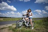 Due belle ragazze su tour in bicicletta — Foto Stock